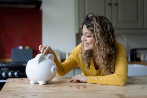 kobieta oszczędności świnka skarbonka
